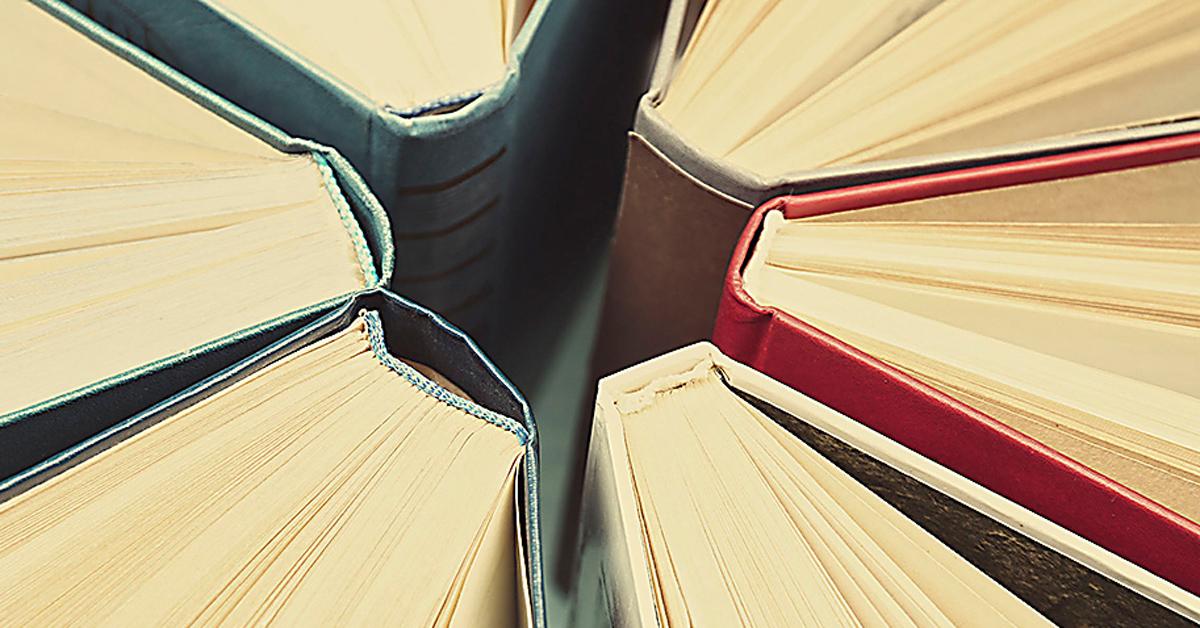 Kirjojen selkämyksiä ympyrän muodossa.