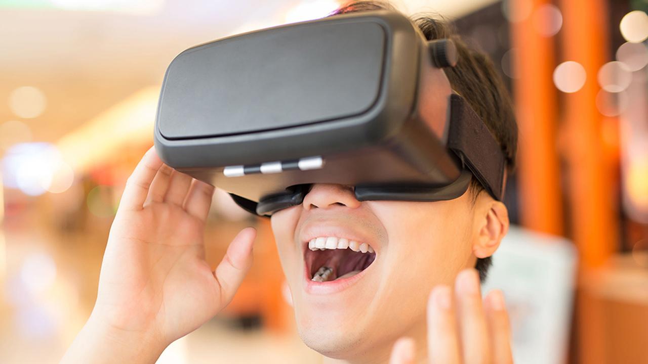 Virtuaalilasit ihmisen päässä.